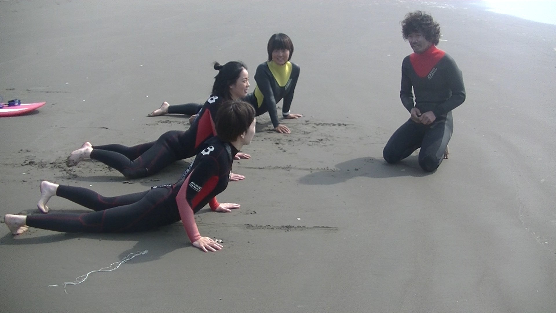 サーフィンスクールの砂浜でのレクチャー